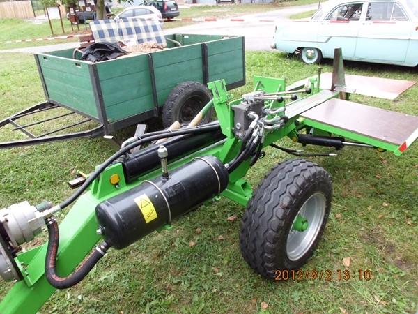 Horizontální štípačka za traktorem 3045 s náhonem na předek - unikát