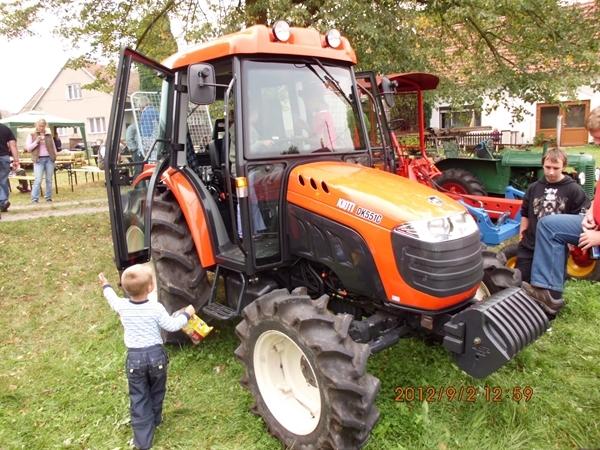 Moderní traktor s navijákem do lesa
