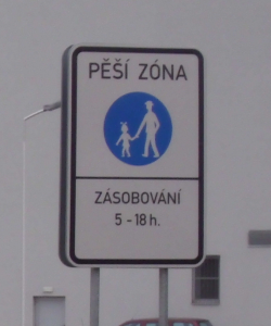 Značka Pěší zóna v Tišnově u Alberta