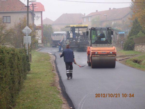druhý den - natahování vrchní vrstvy u zastávky autobusů IDS v Ochozi u Tišnova