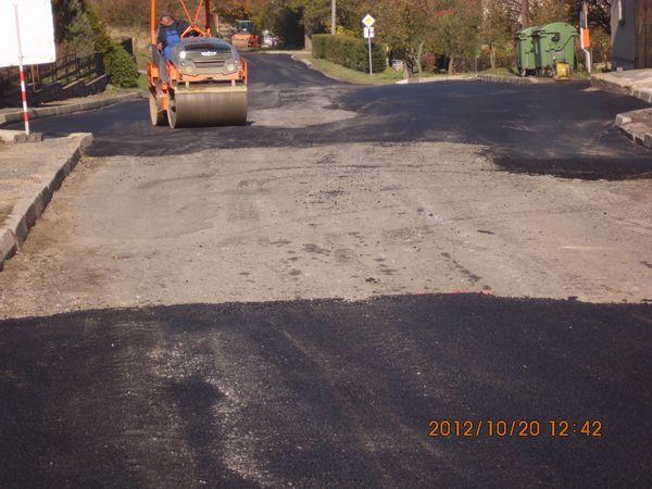 první den prací - vyrovnávání silnice u zastávky autobusu IDS