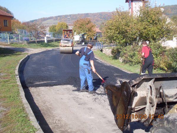 prvni den prací - vyrovnávání silnice kousek od zastávky Ochoz u Tišnova